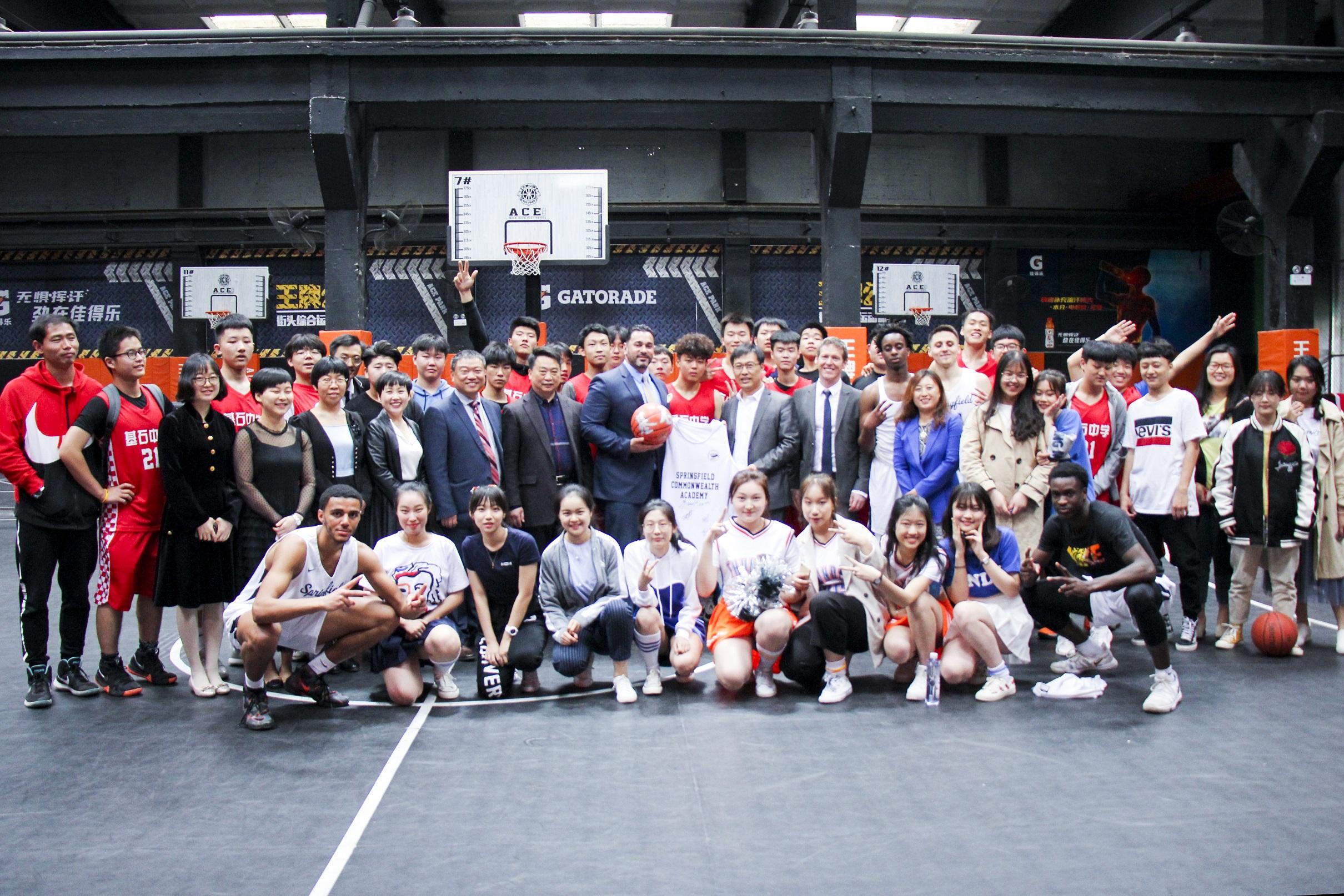 中美高中生篮球友谊赛合影